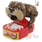 divertente cane stringendo i denti giocattolo